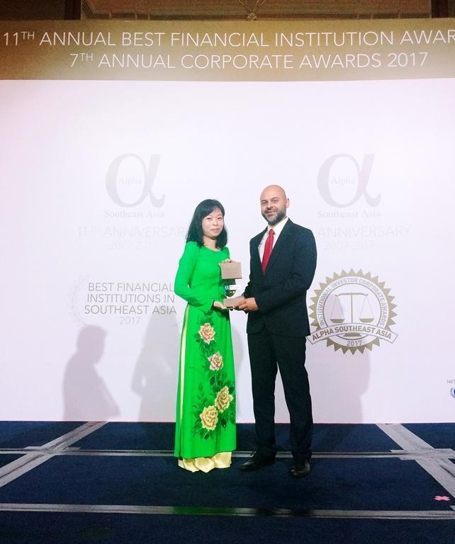 Vietcombank nhan giai thuong 'Ngan hang tot nhat Viet Nam 2017' hinh anh 1