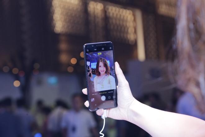 Vivo V7+: Smartphone hien thi tran man hinh gia 8 trieu dong hinh anh 2