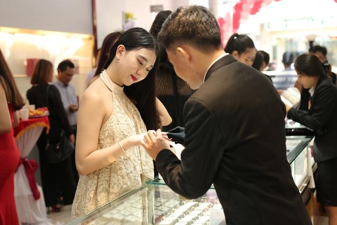 Huy Thanh Jewelry hap dan nhieu ban tre ngay dau ra mat hinh anh 3