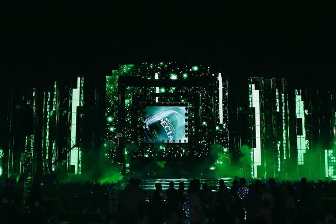 San khau hoanh trang cua dem nhac 'Armin van Buuren by VinaPhone' hinh anh 3