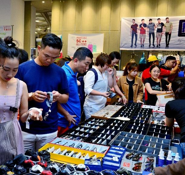 Tour shopping hang hieu dip Giang sinh lam nuc long tin do mua sam hinh anh