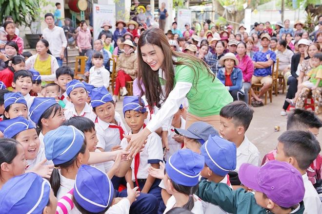 Dien vien Kim Tuyen tang gao sach Hoa Lua cho hoc sinh Dong Nai hinh anh