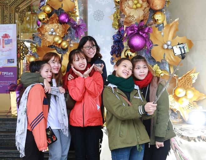 Noel nam nay choi gi o pho di bo Ho Guom? hinh anh