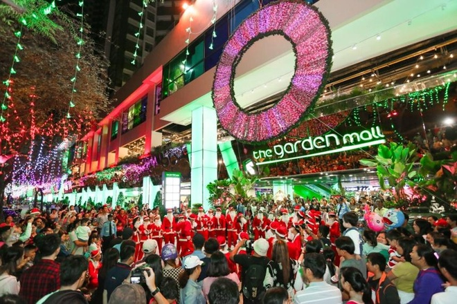 Hang chuc ong gia Noel nhay flashmob tai The Garden Mall hinh anh 1