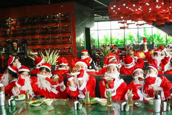 Hang chuc ong gia Noel nhay flashmob tai The Garden Mall hinh anh 3