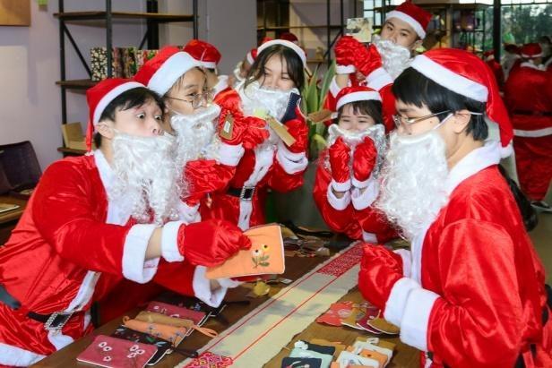 Hang chuc ong gia Noel nhay flashmob tai The Garden Mall hinh anh 4