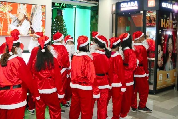 Hang chuc ong gia Noel nhay flashmob tai The Garden Mall hinh anh 5