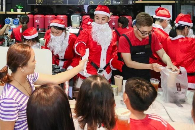Hang chuc ong gia Noel nhay flashmob tai The Garden Mall hinh anh 9