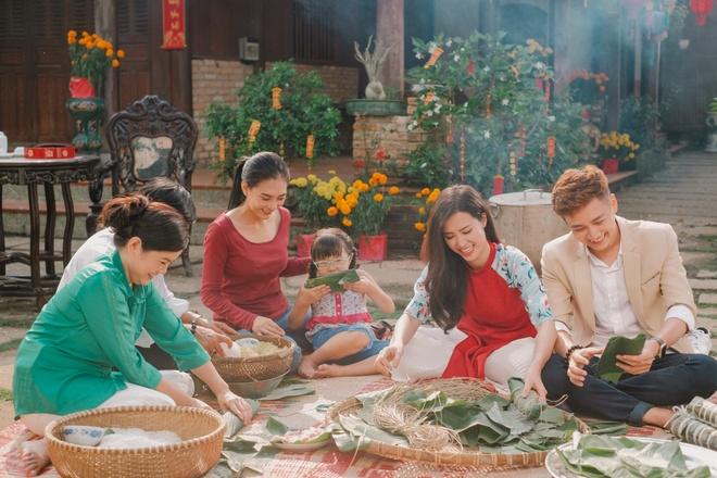 Dong Nhi, Ngo Kien Huy tro tai nau banh tet trong MV moi hinh anh 1