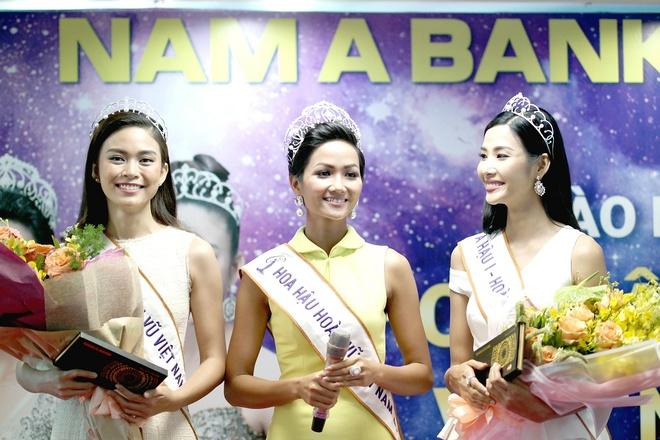 Top 3 Hoa hau Hoan vu Viet Nam 2017 tham quan hoi so Nam A Bank hinh anh