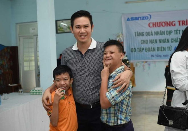 Asanzo trao qua Tet cho tre em nhiem chat doc da cam tai Da Nang hinh anh 1