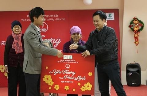 Nhan hang Hong Linh Cot mang Tet den voi vien duong lao Dien Hong hinh anh