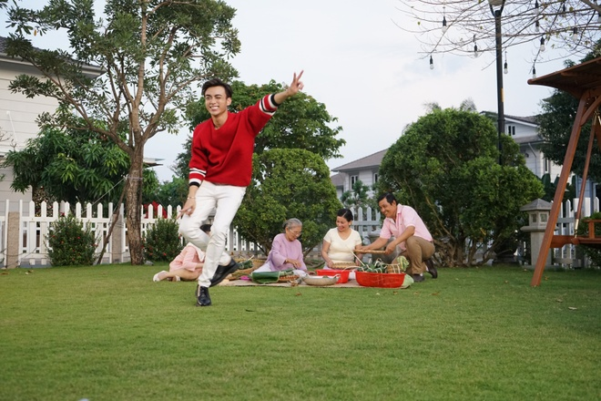 Soobin khoe 'net dep lao dong' trong bo anh hau truong MV Tet hinh anh 2