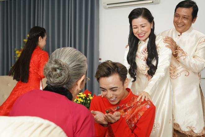 Soobin khoe 'net dep lao dong' trong bo anh hau truong MV Tet hinh anh 6