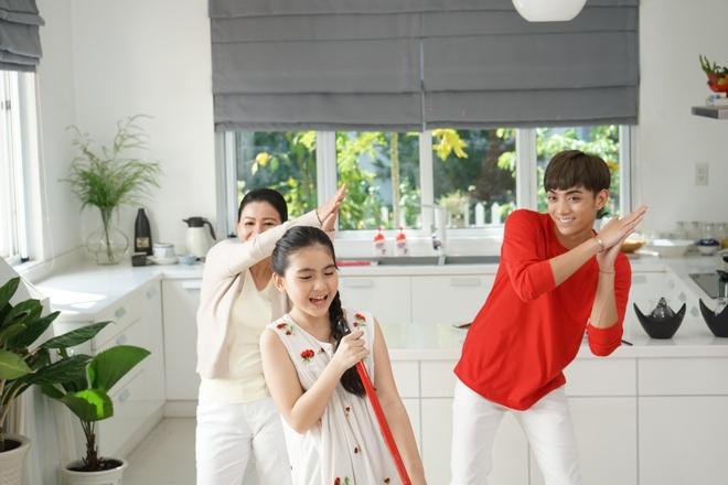 Soobin khoe 'net dep lao dong' trong bo anh hau truong MV Tet hinh anh 7