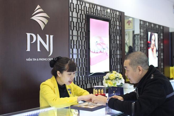NSUT Xuan Hinh, Thu Trang di mua vong phong thuy ngay via Than tai hinh anh 2