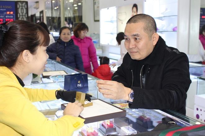NSUT Xuan Hinh, Thu Trang di mua vong phong thuy ngay via Than tai hinh anh 4
