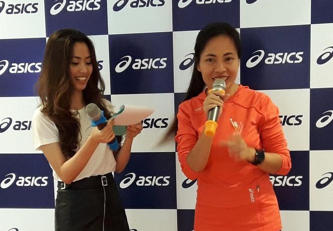 Nha van Trang Ha tham du le khai truong asics Saigon Centre hinh anh