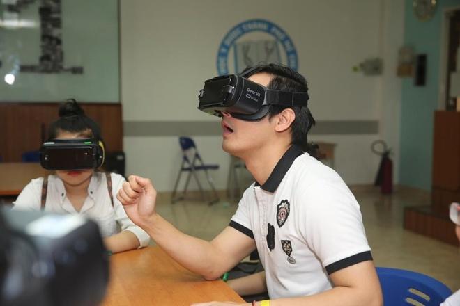 MC Phan Anh cung sinh vien y trai nghiem ung dung VR hinh anh