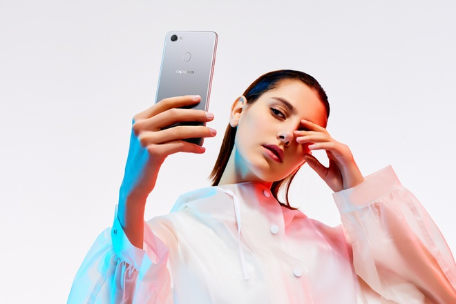 Camera selfie Oppo F7 bo sung che do chup sieu ruc ro, AR sticker hinh anh 2