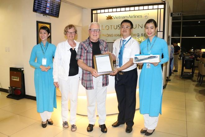 Vietnam Airlines tri an bac si Duc cap cuu hanh khach hinh anh 1