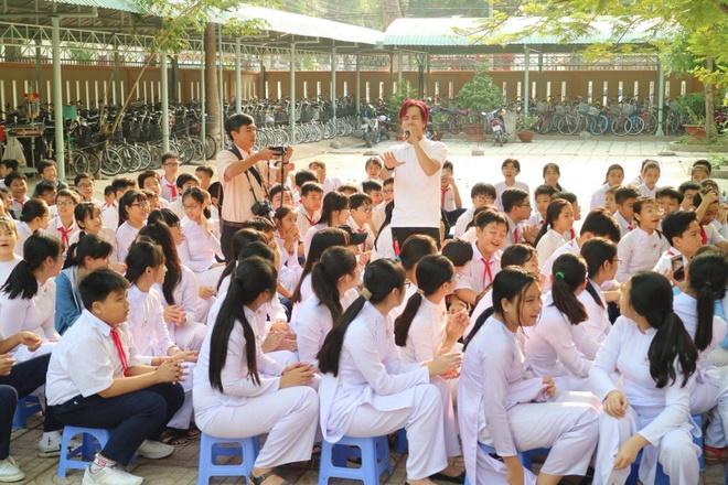 Chau Dang Khoa, Lou Hoang, Hiep Hoa trao hoc bong cho hoc sinh ngheo hinh anh 4