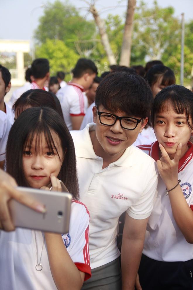 Chau Dang Khoa, Lou Hoang, Hiep Hoa trao hoc bong cho hoc sinh ngheo hinh anh 6