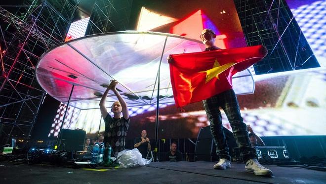 Above & Beyond doi non quai thao trong 'Nex Music Festival' hinh anh 2
