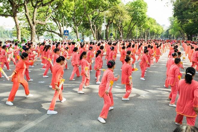 Hon 2.000 nguoi cao tuoi Ha Noi tham gia phong trao ren luyen suc khoe hinh anh