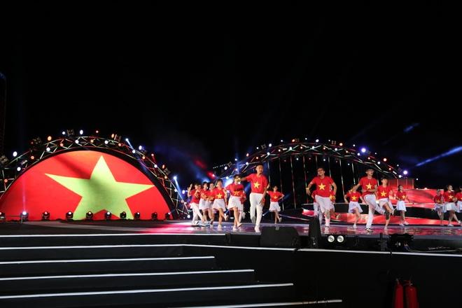 Khan gia hao hung nhay theo dieu flashmob trong dem phao hoa Da Nang hinh anh 2