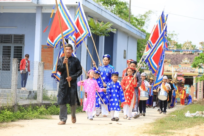 4 cap bo con nhap than van hoa tai le hoi lang Tuy Loan, Da Nang hinh anh