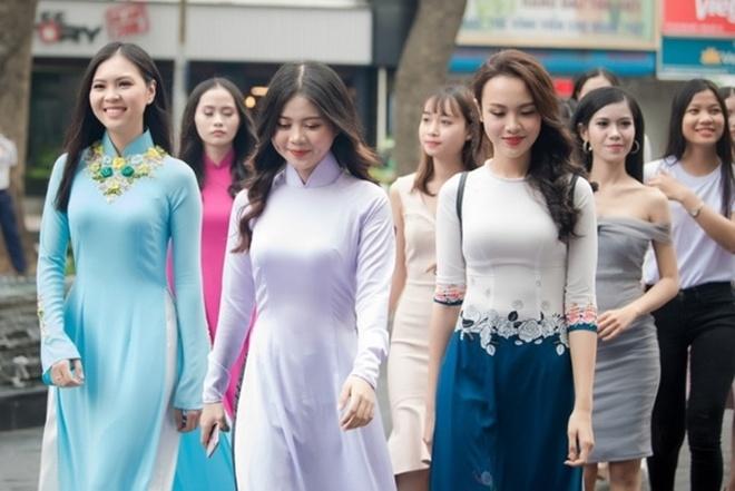San khau voi chu de rung hoa cua 'Hoa hau Viet Nam 2018' hinh anh