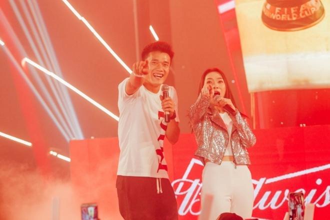 Tien Dung song ca cung My Tam trong buoi xem mo man World Cup hinh anh 3