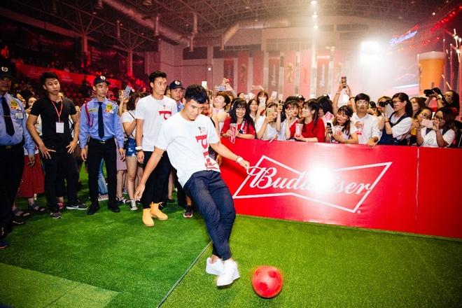 Tien Dung song ca cung My Tam trong buoi xem mo man World Cup hinh anh 6