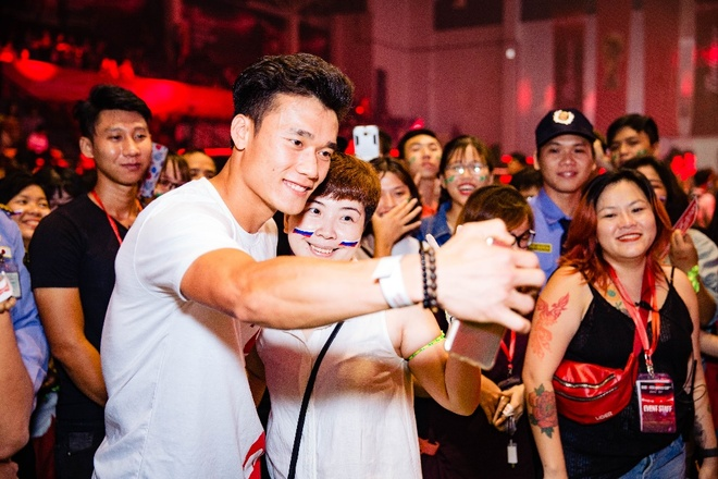 Tien Dung song ca cung My Tam trong buoi xem mo man World Cup hinh anh 7