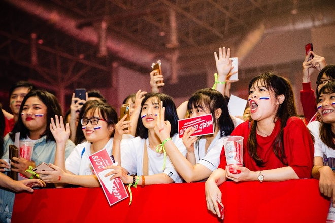 Tien Dung song ca cung My Tam trong buoi xem mo man World Cup hinh anh 8