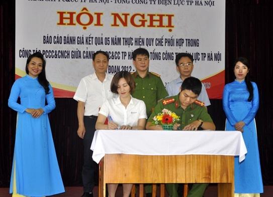 EVN Ha Noi va canh sat PCCC phoi hop thuc hien chua chay, cuu ho hinh anh
