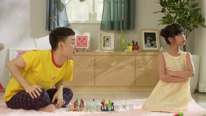 Truc Nhan tinh nghich hoa giai 'mau thuan' gia dinh trong MV moi hinh anh