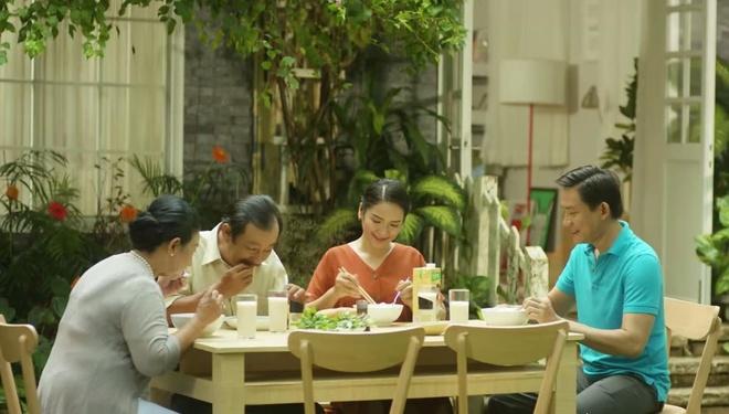 Truc Nhan tinh nghich hoa giai 'mau thuan' gia dinh trong MV moi hinh anh 8