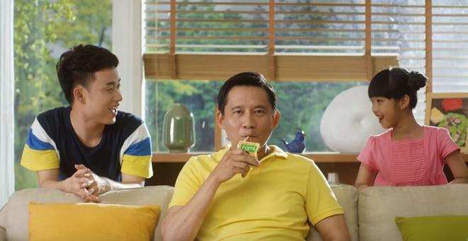 Truc Nhan tinh nghich hoa giai 'mau thuan' gia dinh trong MV moi hinh anh 7