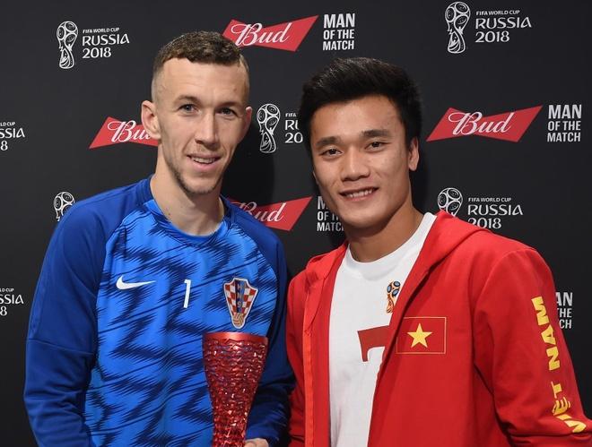 Bui Tien Dung trao giai cau thu choi hay nhat cho tien ve Croatia hinh anh