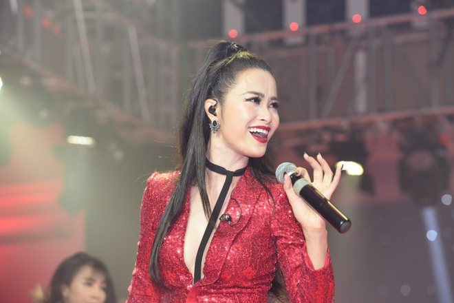 Dong Nhi khoe duong cong nong bong, Duc Chinh tin Phap thang 1-0 hinh anh
