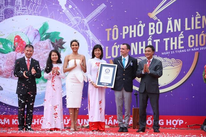 Hoa hau H'Hen Nie thuong thuc to pho khong lo nau tu 100 kg thit bo hinh anh 7