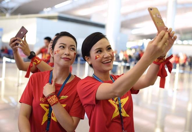 Tiep vien Vietnam Airlines mac ao co do sao vang phuc vu CDV Viet hinh anh