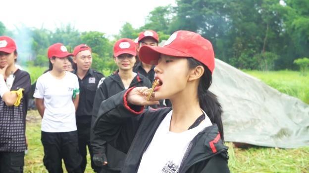Rima Thanh Vy vac cay dung leu, an con trung de sinh ton trong rung hinh anh 3