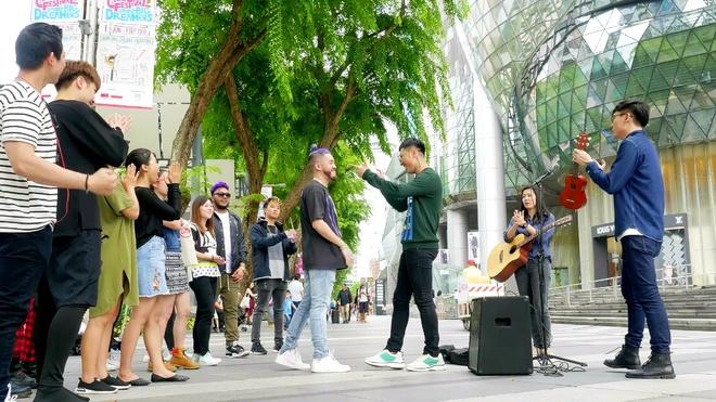 Only C dua khan gia Viet di khap Singapore qua MV 'Di di chan cho chi' hinh anh 5