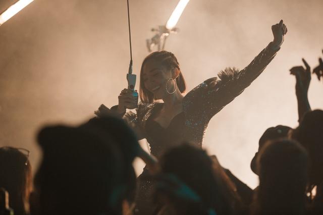 Dan mang phan ung bat ngo khi bi che song ao trong MV moi cua Toc Tien hinh anh