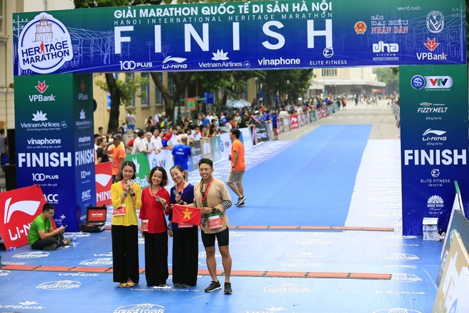 Man cau hon bat ngo trong giai marathon Quoc te Di san Ha Noi hinh anh 6
