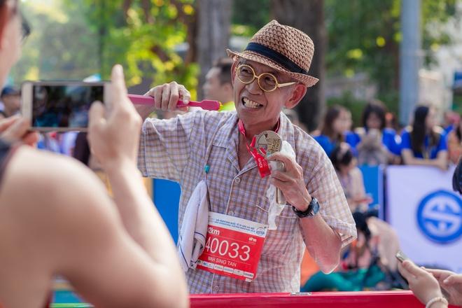 Man cau hon bat ngo trong giai marathon Quoc te Di san Ha Noi hinh anh 9
