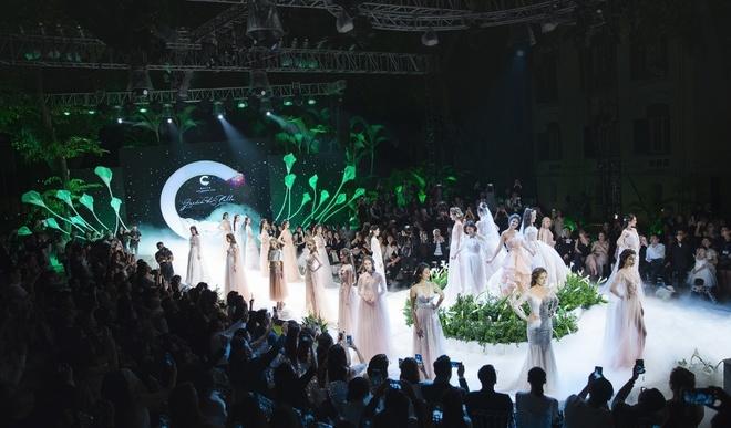 Ngam BST vay cuoi lay cam hung tu hoa trong Calla Show 2018 hinh anh